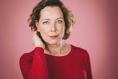 Deze bekende fotostudio staat bekend om haar castingfotografie van bekende Nederlanders. Ook Lot Bobbink heeft haar foto's laten maken door castingfotograaf Nikki Hoff. Dus voor een casting shoot in Zuid Holland ga je naar Studio86. Hier zie je Lot op een roze achtergrond haar haar achter haar oor strijken.