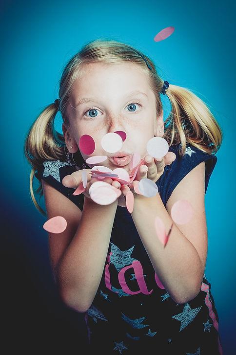 Confetti blazen! Alles is mogelijk tijdens een familie fotoshoot in de fotostudio Studio86 te Alphen a/d Rijn.  Photoshoot of a child with confetti.