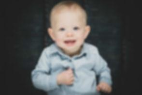 Een mooie close-up van een peuter waarbij er gebruik is gemaakt van een groot diafragma waardoor de achtergrond onscherp is en deze kleine meid nog beter naar voren komt in deze portretfoto. Nikki Hoff is gespecialiseerd in kinderfotografie.  Close up portrait photo of a young toddler.