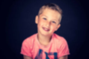 Portretfoto van een jongetje die lacht. Een professionele kinderfotograaf heeft dit portret gemaakt in de studio. Wil jij ook een spontane fotoshoot boeken? Dan is Studio86 de beste fotostudio in Nederland om dit te doen. Portrait of a little boy. Made by a professional children's photographer.