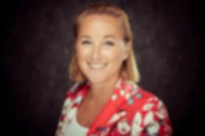 Zakelijke profielfoto vrouw. Deze dame is ondernemer en heeft voor haar website en linkedin een professionele profielfoto laten maken. Wil jij ook een zakelijke fotoshoot boeken in Zuid Holland? Nikki is gespecialiseerd in het maken van een goede zakelijke profielfoto en helpt jouw, net als deze dame, hier graag bij.