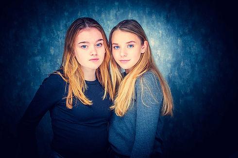 Wil jij een fotoshoot boeken met jouw beste vriendin? Bij Studio86 kan jij een gezellige vriendinnenshoot boeken! Tijdens deze fotoshoot zullen we mooie portretfoto's van jullie samen maken. Op deze foto zie je twee beste vriendinnen met blauwe ogen op een blauwe achtergrond.