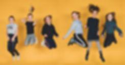 Jump! Orginele, spontane portretfoto's van kinderen gemaakt tijdens een partijtje in fotostudio Studio86, te Alphen aan den Rijn.   Girlfriends jumping and photographed by the best photographer in Alphen aan den Rijn.
