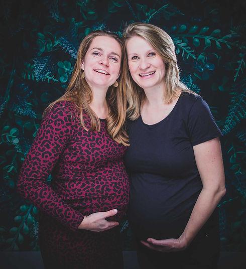 Zwangerschapsfoto vriendinnen. Wil jij ook samen met jouw vriendin die ook in verwachting is een zwangerschapsfotoshoot boeken? Zwangerschapsfotografie is een mooie herinnering aan dit mooie en bijzondere moment in jouw leven. Deze zwangerschapsfotoshoot boek je bij Studio86.