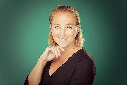 Zakelijke portretfoto gemaakt in de fotostudio van Nikki Hoff, Studio86 te Alphen aan den Rijn. Wil jij net als deze dame een business fotoshoot boeken? Dan is dit dé fotostudio om dat te doen! Deze bekende fotograaf maakt professionele zakelijke portretfoto's die jij zowel op jouw website als linkedin pagina kunt gebruiken.