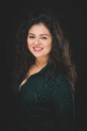Een mooie portretfoto van Ayse Oral gemaakt tijdens een casting fotoshoot. Een goede castingfoto is belangrijk als eerste indruk. Hier heeft Ayse een hippe jurk aan steekt ze goed af bij deze zwarte achtergrond. Een mooie portretfoto als aanvulling op haar casting portfolio.