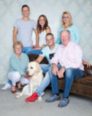 Wil jij een fotoshoot boeken met jouw ouders of schoonouders? Tijdens deze familieshoot mag ook de hond mee!  Family photoshoot with dog made in a photo studio.