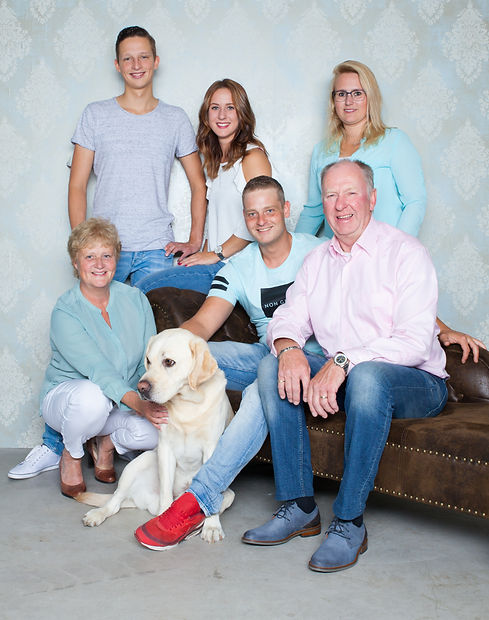 Wil jij een fotoshoot boeken met jouw ouders of schoonouders? Tijdens deze familieshoot mag ook de hond mee!  Family photoshoot with dog made in a photo studio.