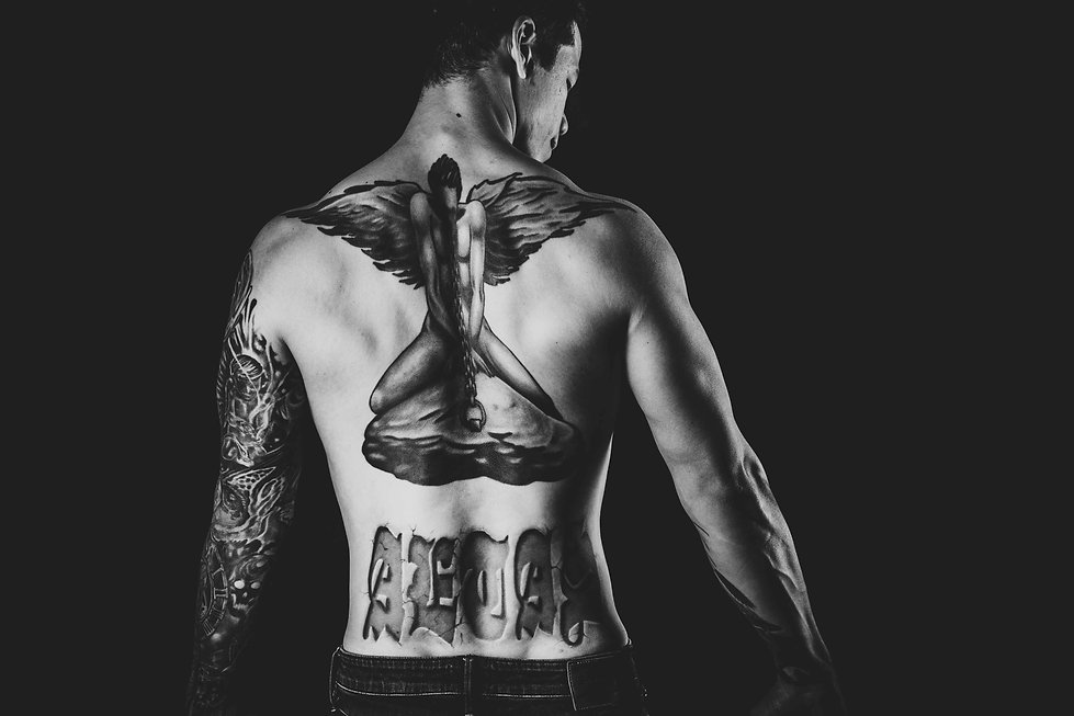 Een stoere zwart wit foto van een rugtattoo. Deze jonge man heeft zijn tattoo op zijn rug op een professionele manier laten fotograferen in de fotostudio van bekende fotograaf Nikki Hoff. Tough black and white photo of a back tattoo. This young man has a tattoo on he's back photographed very professionally.