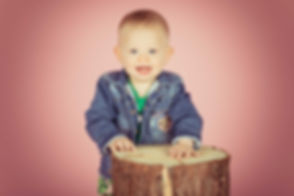 Een vrolijke foto gemaakt tijdens een kindershoot van deze peuter van 1 jaar. Een vrouwelijke kinderfotograaf heeft deze kleine meid op haar allermooist weten vast te leggen.  Professional happy photo of a baby girl.
