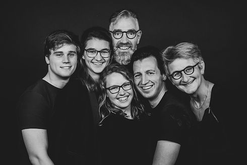 Zwart wit familie foto. Gemaakt door een professionele portretfotograaf.  Black white family photo. Made by a professional portrait photographer.