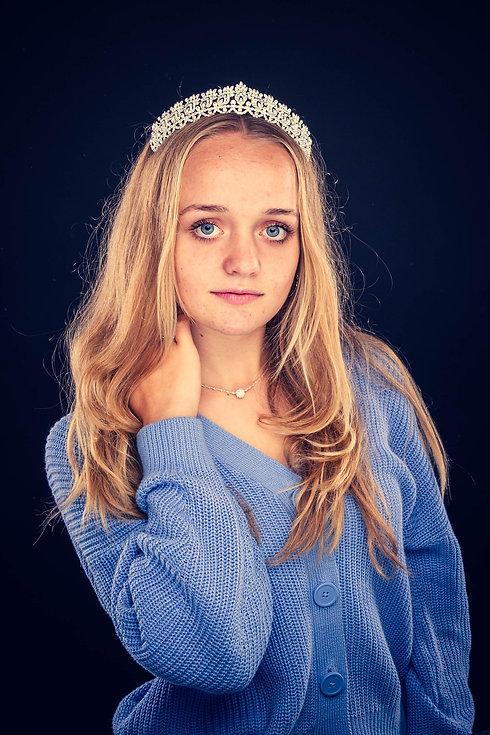 Deze tiener heeft een tiara op en heeft deze prachtige portretfoto tijdens een glamour fotoshoot laten maken in de fotostudio van een bekende fotografe. Wil jij ook een fotoshoot boeken waarbij je digitale foto's ontvangt? Deze moderne fotostudio word gerund door een bijzondere fotograaf.