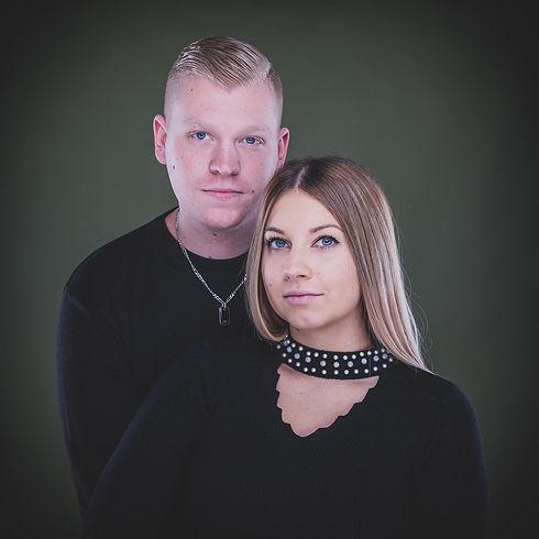 Deze close up portretfoto van dit jonge verliefde koppel is gemaakt tijdens een love shoot in de leukste fotostudio van Zuid Holland, Studio86. De fotostudio heeft meerdere achtergronden, waaronder deze olijfgroene. Wil jij ook een mooie fotoreportage laten maken met jouw grote liefde? Boek dan een loveshoot!