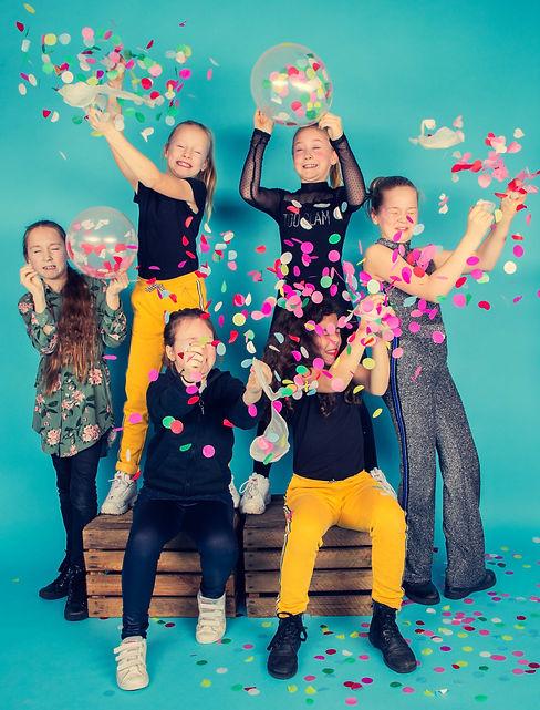 Laat die ballonnen maar knallen! Vier jij jouw partijtje bij mij in de fotostudio, dan hebben we ballonnen met confetti en nog veel meer party props om er een echt feestje van te maken! Deze fotoshoot word een hele leuke blijvende herinnering.  Balloons with confetti! Fun, happy photo made during a girls birthday party. Original photoshoot.