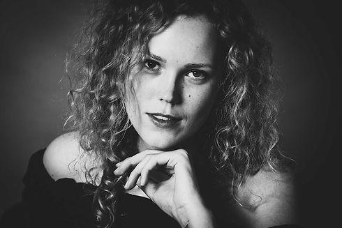 Ben jij een (beginnend) model en wil jij jouw portfolio aanvullen met professionele portretfoto's? Deze zwart wit portretfoto is gemaakt door de bekende fotografe van Studio86. Ook jij kan in deze fotostudio jouw portretfoto's laten maken.