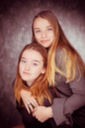 Op deze mooie portretfoto zie jij 2 jonge meiden die een vriendinnenshoot hebben geboekt bij Studio86 in Alphen aan den Rijn. Dus als jij opzoek bent naar een goede fotografe, dan is Nikki de aangewezen persoon voor jou.