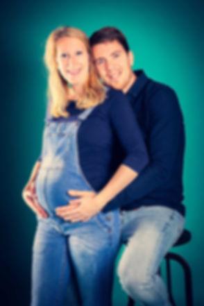 Deze lieve maar toch opvallende foto door de turquoise achtergrond is gemaakt door bekende fotograaf Nikki Hoff in haar fotostudio. Dit koppel zullen binnenkort ouders worden en hebben een zwangerschapsshoot geboekt bij deze fotografe. Fotoshoot zwangerschap met hoeveel weken boeken? Als jij 34 weken in verwachting bent is dit het juiste moment. Cute photo of a mommy and daddy to be.