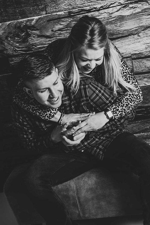 Een gezellige, spontane portretfoto gemaakt door beroemde fotografe Nikki Hoff. Dit is een losse broer en zus foto als kado voor hun ouders. Wil jij jouw ouders ook een leuk, origineel kado geven? Boek dan een fotoshoot met jouw broer(s) en/of zus(sen) voor een geweldig kado!