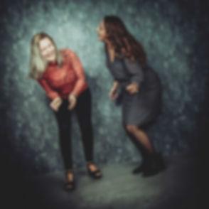 Een lieve vriendinnenfoto gemaakt door een bekende fotografe in Nederland.  Laughing girls. Spontaneous photo made during a professional photoshoot.