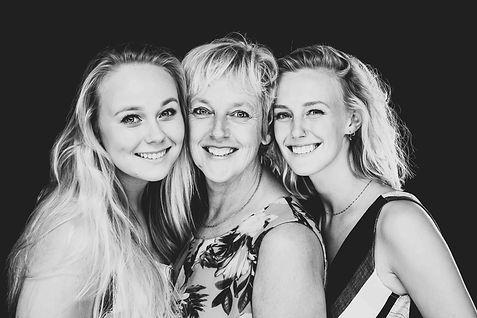 Moeder dochter fotoshoot. Zwart wit portretfoto.  Mother daughter photoshoot. Black and white portrait.