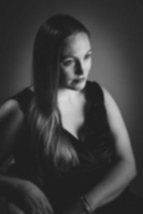 Jaren 50 stijl, zwart wit foto van een jonge dame. Deze portretfoto van dit model is gemaakt tijdens een dames fotoshoot in de fotostudio Studio86. Deze fotograaf is bekend in Nederland en behoort bij één van de beste fotografen van Nederland. Je kan een fotoshoot bij haar boeken vanaf €150,- Wil jij een prijs ontvangen voor deze fotoshoot? Stuur dan een email naar info@studio86.nl