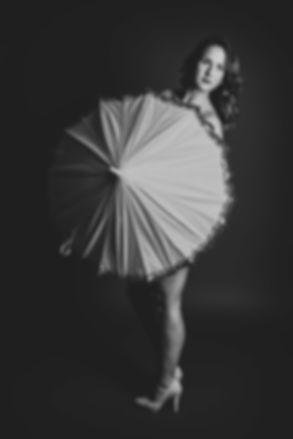Voor een fotoshoot in lingerie kan jij terecht bij de fotografe van Studio86 in Alphen aan den Rijn. Nikki is een professionele fotograaf die zich richt op stijlvolle kunstachtige fotografie. Je kan bijvoorbeeld een foto laten maken van jouw billen.  Sensual photoshoot. Woman behind an umbrella. Black and white boudoir photography.