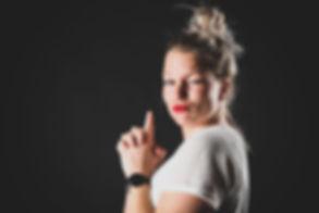 Wil jij jouw portfolio aanvullen met modelfoto's of vind je het gewoon leuk om een keer model te zijn voor één dag? Bij Studio86 in Zuid Holland maakt bekende fotograaf Nikki Hoff graag deze fotoreportage van jou! Nikki maakt unieke portretfoto's door gebruik te maken van diverse settings en lichteffecten. Hierdoor kan je hele romantische of juist stoere portretfoto's creëren. Of jij nu een gevorderd fashion model bent, of je graag castingfoto's wilt laten maken, Nikki helpt jou graag met het aanvullen van jouw lookbook. De fotografe is gespecialiseerd in het maken van portretfoto's doormiddel van flitslampen.   Cool picture of a young female. Made in a photo studio with a black background by the use of flashlights.