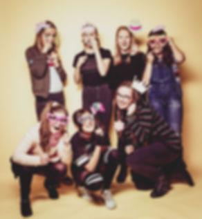 Tijdens de fotoshoot van een kinderfeestje maken we gebruik van meerdere fotoprops, die bestaan uit hoedjes, snorretjes en nog veel meer!  Crazy picture of girlfriends having a birthday party.