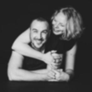 Tijdens een love shoot zal ik jullie in verschillende poses fotograferen. Je mag ook zelf tijdens de fotoshoot aangeven welke houdingen je leuk vind voor de foto!  Black and white photography of a couple that is in love. Studio photography.
