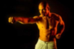 Deze karate move is gemaakt in de fotostudio van Studio86 waarbij er gebruik gemaakt is van een zwarte achtergrond en een gele en rode lamp om wat extra pit aan deze sport foto toe te voegen.  Young hot man doing a karate pose. Here i used yellow and red lights to give it more of an karate feeling. Studio photography.