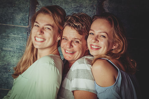 Spontane gezinsfotografie in Alphen aan den Rijn door Nikki Hoff. Boek nu jouw afspraak bij Studio86.  Mother with her 2 daughters. Mother daughter photoshoot.