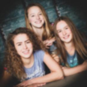 Een zussen fotoshoot met visagie kan jij nu boeken bij Studio86 in Alphen a/d Rijn! Naast zussenfotografie zijn er nog veel meer fotoshoots die Nikki aanbied.  Sister photoshoot in the photo studio.