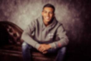 Op deze stoere castingfoto zie je Gavin Dalusong op een chesterfield bank zitten. Tijdens een fotoreportage voor casting worden er meerdere portretfoto's gemaakt door bekende fotograaf Nikki Hoff die is gevestigd in Alphen aan den Rijn, Zuid Holland.  Professional casting photography now at Studio86.