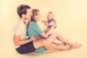 Wil jij een fotoshoot cadeau geven voor vaderdag of moederdag? Bij Studio86 kan jij een mooie portretfoto van jou en jouw gezin laten maken zoals deze papa, mama en baby van 6 maanden. Deze spontane foto is gemaakt op een lichtgele achtergrond. Deze beroemde fotografe heeft haar fotostudio in Zuid Holland gevestigd.