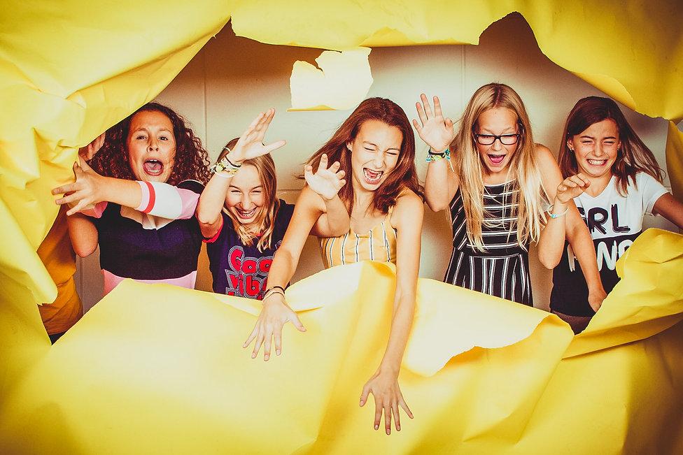 Ontzettend gaaf om een fotoshoot te mogen doen van een kinderfeestje! Deze meiden zijn 13 jaar en hebben een hele vrolijke en spontane fotoshoot bij mij in de fotostudio gedaan!  Photoshoot of a kids party.