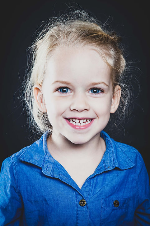 Ontzettend stoere portretfotografie van kinderen. Portretfoto's in kleur en zwart wit.  Really cool portrait photography of children. Portrait photo is in color. A kid with very blue eyes.