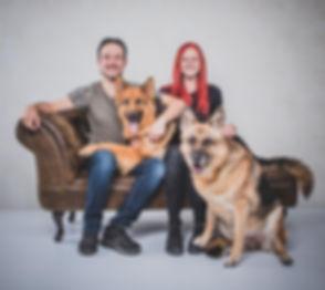 Wil jij een fotoshoot hond met baas boeken? Fotostudio Studio86 is een ruime fotostudio waar jij jouw hond mee naartoe kan nemen voor professionele dierenfotografie. Nikki is o.a. een hondenfotograaf en maakt professionele portretfoto's van jou en jouw hond.
