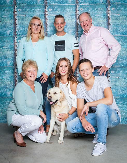 Bij een fotoshoot met de hele familie mag jij ook de hond meenemen naar de fotostudio! Deze hoort natuurlijk ook gewoon bij het gezin.  You can also bring your dog during a family photoshoot in the studio! He or she is also part of the family.