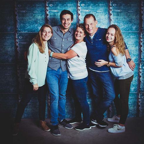 Wil jij een fotoshoot boeken met jouw ouders of schoonouders?   Family. Parents with 3 kids. Studio photography.