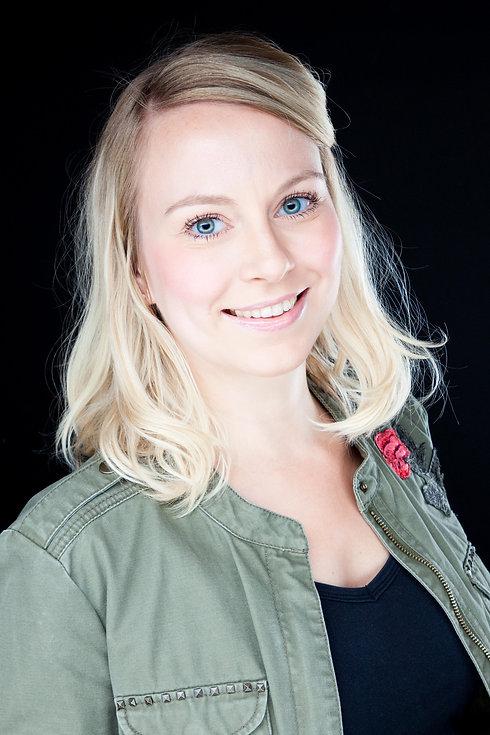 Tijdens een koppelshoot zal ik portretfoto's van jullie samen maken, maar ook van jullie beide apart zal ik mooie portretfoto maken. Zo creëer je een leuke en gevarieerde fotoshoot.  Close up portrait photo of a pretty young girl with blond hair. Made by portrait photographer Nikki Hoff.