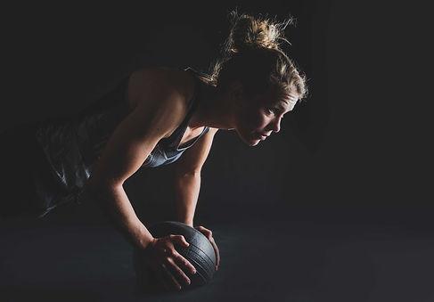 Heb jij een killerbody en wil je dat graag tijdens een sport shoot laten zien? Studio86 is gespecialiseerd in het maken van fitness foto's!  Fitness pose by young sportive woman. Made by a famous fitness photographer.