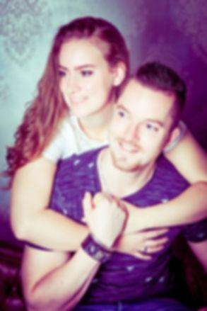 Fotoshoot romantisch voor stellen! Een pose waarin dit koppel elkaar een dikke knuffel geeft.  Romantic photo where this girl gives her boyfriend a hug.