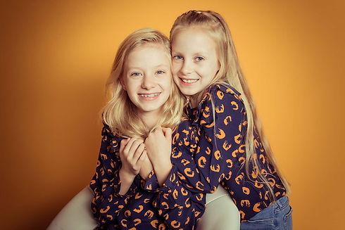 Deze prachtige portretfoto is gemaakt door een kinderfotograaf. Door de gele achtergrond is het een vrolijke foto. Nikki hoort bij de bijzondere fotografen in Nederland en door haar kennis van studiofotografie maakt zij ontzettend mooie, creatieve portretfoto's. Wil jij ook een fotoshoot boeken in de buurt van Alphen aan den Rijn, ga dan naar fotostudio Studio86.