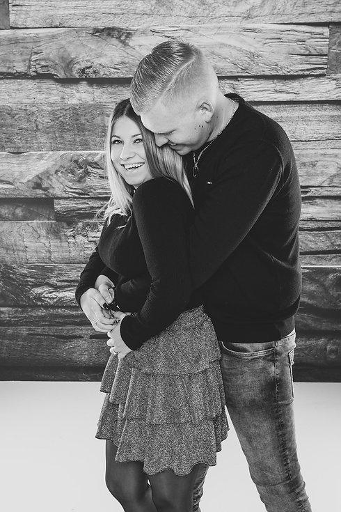 Deze schattige koppelfoto is gemaakt tijdens een loveshoot in de fotostudio van één van de bekendste fotografen van Nederland. Tijdens een love shoot word het liefdeskoppel in verschillende houdingen gefotografeerd voor een gevarieerde fotoreportage.