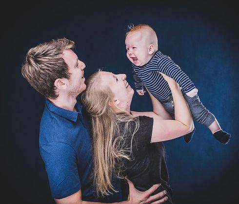 Hier zie je papa en mama met hun zoontje van 6 maanden oud. Mama houd haar baby in de lucht waardoor de baby begint te schaterlachen. Nikki Hoff is een bekende fotografe en is de beste portretfotografe in Alphen aan den Rijn en omstreken. Wil jij ook een fotoshoot boeken voor moederdag of vaderdag met jouw gezinnetje? Deze fotoshoot is ook op zondag te boeken.