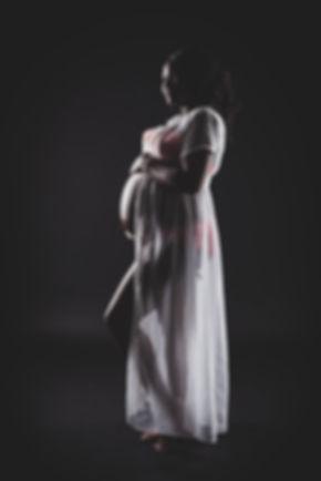 Een stoere maar ook hele mooie zwangerschapsfoto waarbij ik gebruik heb gemaakt van een zwarte achtergrond en een speciale lichttechniek.   A pretty woman is pregnant with her baby. This is a professional photo made by the best photographer.