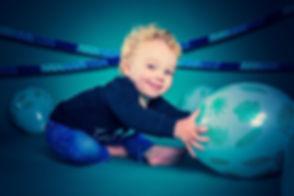 Wil jij een fotoshoot boeken van jouw kind van 2 jaar? Deze kinderfotoshoot met confetti en ballonnen is te boeken bij goede fotografe Nikki Hoff van Studio86. Hier is de peuter lekker aan het spelen met ballonnen waardoor het een spontane fotoshoot word.