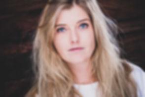 Opzoek naar bekende fotografen voor instagram? Nikki Hoff is een bekende fotograaf op het gebied van professionele portretfotografie. Je kan zowel een instagram fotoshoot boeken als een andere portret fotoshoot binnen de fotostudio. Dit is een close up foto van een knappe blonde dame met licht blauwe ogen.