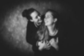 Een mooie zwart wit portretfoto van een liefdeskoppel die een love fotoshoot hebben gedaan bij één van de beste fotografen van Nederland, Nikki Hoff van Studio86 in Alphen aan den Rijn.  Two girls who are in love and did a love shoot a this famous photostudio.