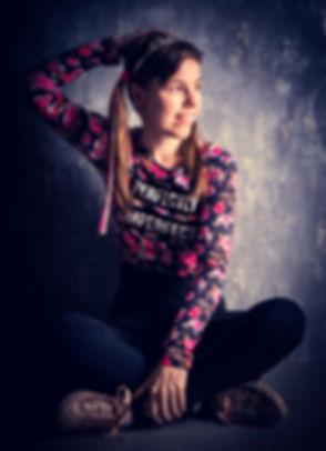 Bij deze bekende fotostudio kan jij zelfs een fotoshoot op zondag inplannen! Deze tiener vond het geweldig om een glamour fotoshoot te doen en had zelfs haar tiara opgezet! Een creatief belichte foto, waardoor hij een stoere touch krijgt. De prijs van deze fotoshoot kan jij opzoeken op mijn website. A teenager with a tiara on her head. A creative and cool studio picture.